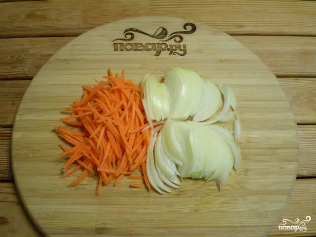 Порежьте лук, морковь натрите на терке.