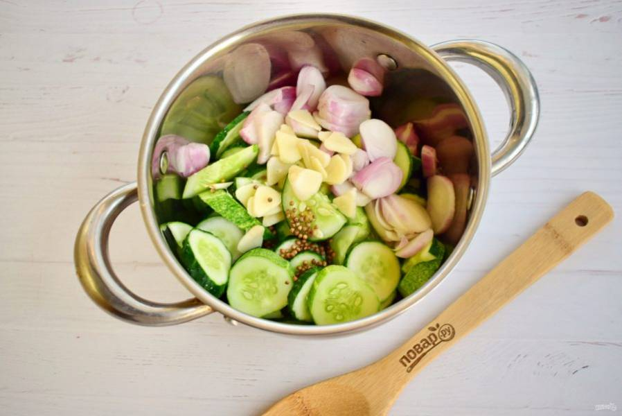 2.    Огурцы и лук нарежьте кольцами, заложите в кастрюлю. Добавьте остальные ингредиенты.