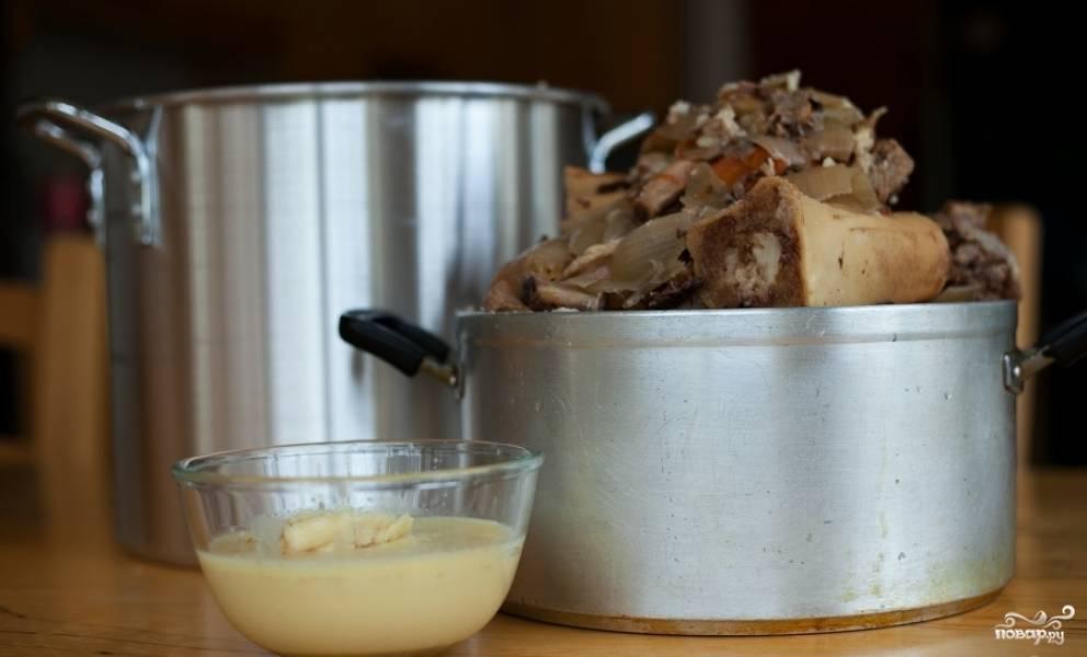 Затем достаньте овощи и говяжьи рёбрышки.