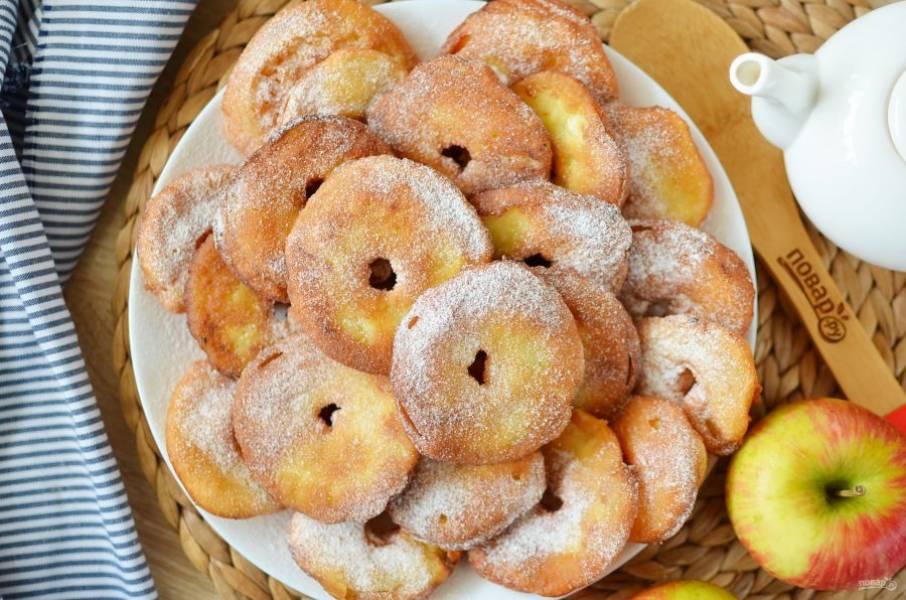 По желанию посыпьте пончики сахарной пудрой или полейте шоколадом.