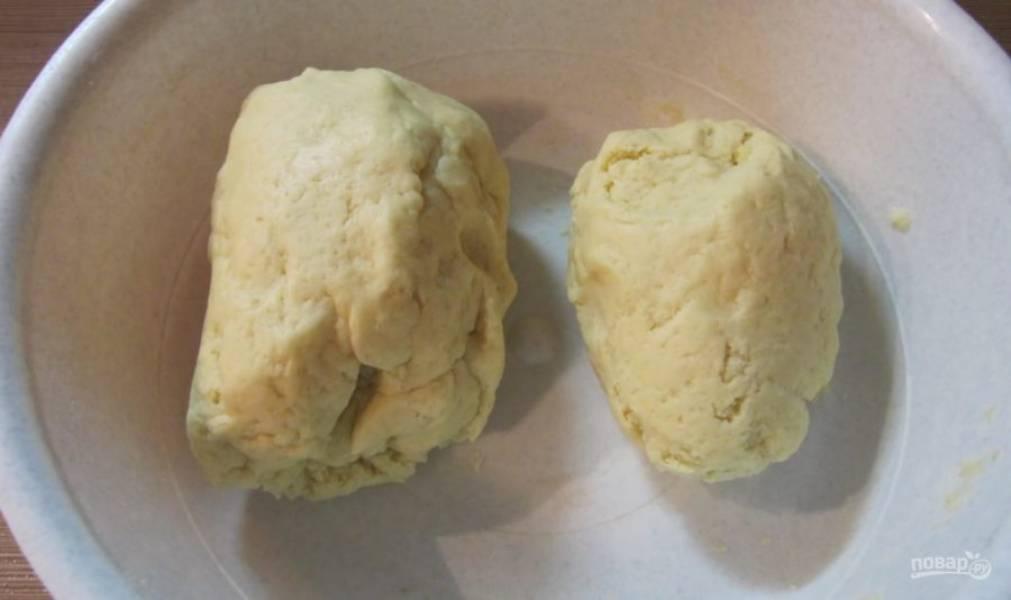 Разделите тесто на две неровные части.
