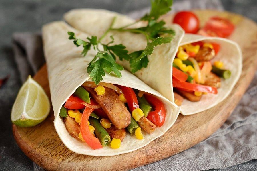 Вегетарианский фахитос готов. Подавайте с соусом гуакамоле и сальсой. Приятного аппетита!