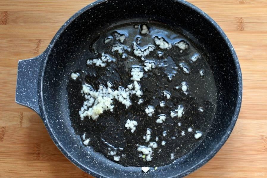 Поставьте варить орзо согласно указаниям на пачке. Готовьте до состояния аль-денте. Готовые орзо откиньте на дуршлаг. Одновременно разогрейте оливковое масло и опустите в него рубленый чеснок.