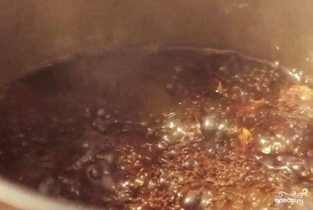Крахмал разведите с холодной водой. Введите крахмальную смесь в кастрюлю. Варите соус до загустения, помешивая.