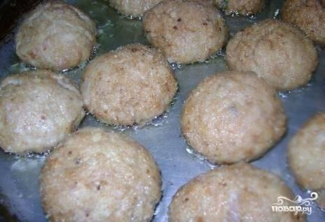 7.Разогреваем на сковороде растительное масло. В раскаленное масло выкладываем котлетки и обжариваем с обеих сторон, пока на них не образуется аппетитная румяная корочка.