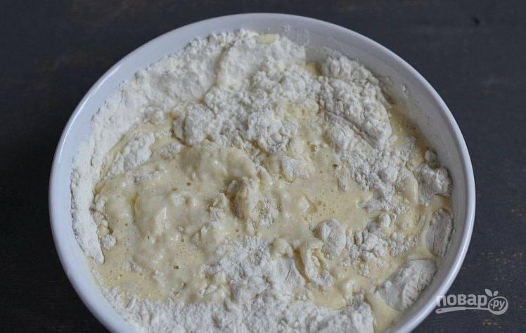 В полученную молочную смесь постепенно добавьте муку, смешанную с дрожжами и солью. Замесите гладкое и упругое тесто. Для этого рецепта можно использовать быстродействующие дрожжи, если вы ограничены во времени.