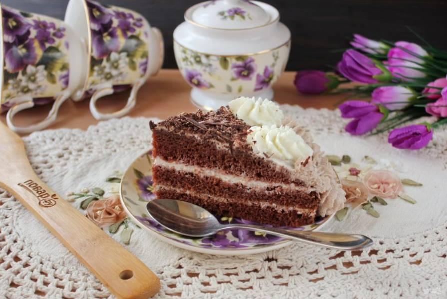 После торт нарежьте и подавайте к столу.