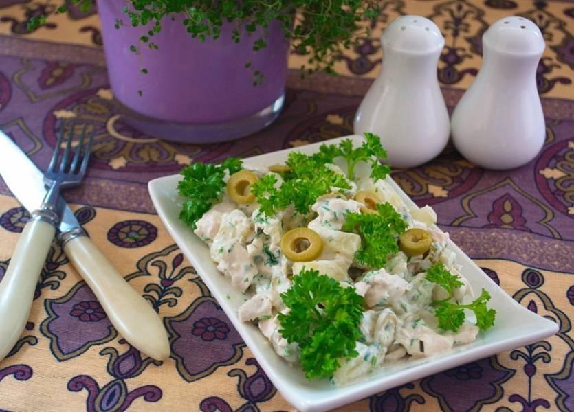 Подайте к столу. Салат - очень сочный, а сладко-соленый вкус очень удачный. Салат вполне годится и для домашнего ужина, и для праздничного стола. Таким салатом можно наполнить тарталетки и они не размокнут быстро. Салат достаточно плотный и сытный.
