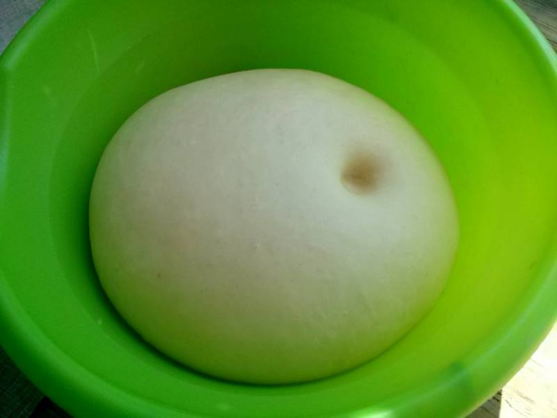 Через час тесто увеличилось вдвое, ямка при нажатии пальцем не затягивается.
