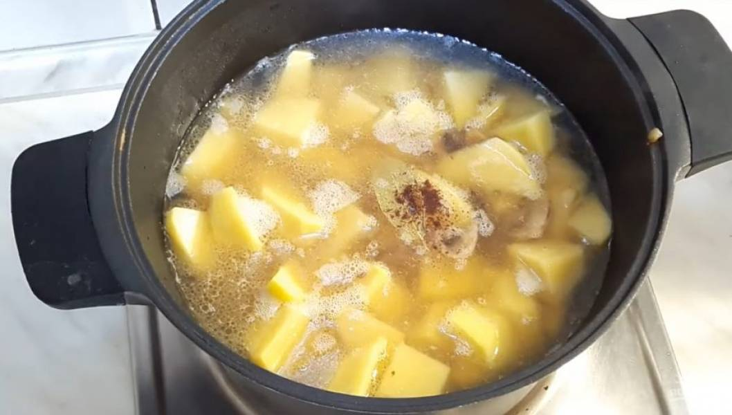 2. Далее на сливочном и растительном масле обжарьте шампиньоны. Когда они станут немного золотистыми, добавьте лук и немного обжарьте. Добавьте картофель, залейте его водой (почти по краю картофеля).