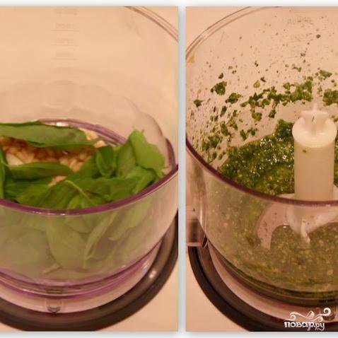В чашу блендера складываем кедровые орешки, зеленый базилик, чеснок и оливковое масло. Измельчаем до однородности.
