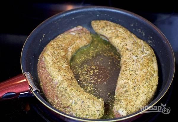 3. Разогрейте духовку до 180 градусов. На сковороду налейте немного масла и выложите свинину.