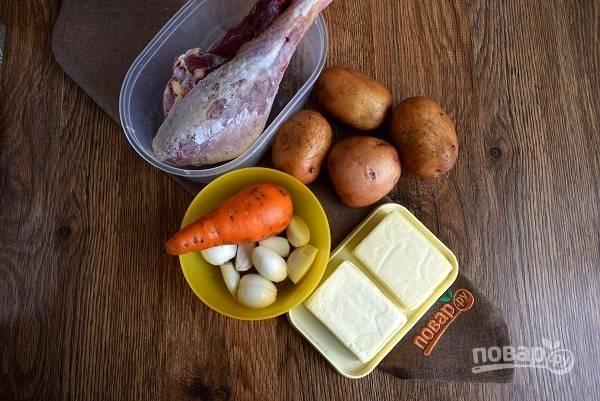 Подготовьте необходимые продукты. Куриные ножки залейте водой и доведите до кипения, слейте первый бульон. Залейте горячей водой и варите до готовности на медленном огне.