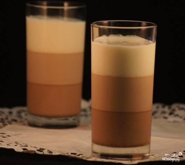 Далее влейте молочный шоколад. Полностью его остудите. Последним слоем залейте белый шоколад. Оставьте десерт до полного застывания. Приятной дегустации!