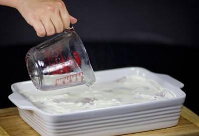 Посолить, поперчить. Намазать курицу сметаной и залить водой.