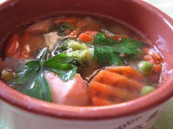 Когда сварится картошка и другие компоненты, отключаем суп. Накрываем крышкой и даем ему постоять около 10-15 минут. Затем суп разливаем по тарелкам и подаем к столу. Приятного аппетита!