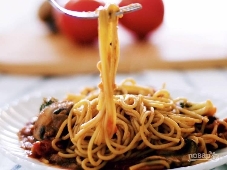 Спагетти с томатным соусом и овощами