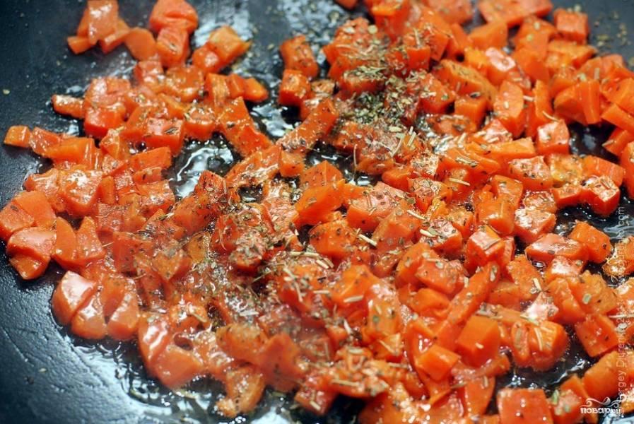 В ароматизированном масле на умеренно сильном огне обжарить морковь. Посыпать ее сахаром и корицей, и, постоянно помешивая, готовить до тех пор, пока она не покроется румяной карамельной корочкой. Добавить карри или другие специи, перемешать. Запах будет стоять сногсшибательный!:)