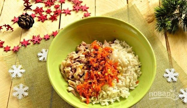На сковороде в масле обжарьте до мягкости мелко нарезанные и очищенные лук с морковью. Затем добавьте овощи к остальной начинке.