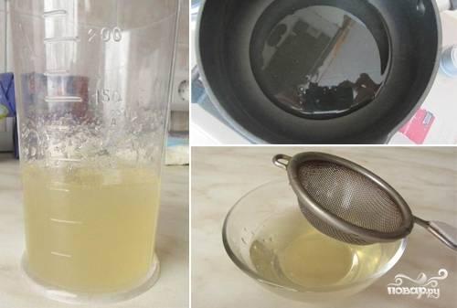 Вначале сделайте крем. Желатин разведите в воде и оставьте на 20 минут набухать. После этого разогрейте смесь на водяной бане до растворения желатина. Затем процедите желатиновую воду.