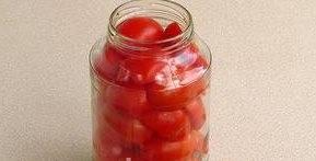Плотно заполнить банки помидорами, укладывая их разрезом вниз в виде «чешуи». Для этой заготовки предпочтительнее использовать банки ёмкостью 1 л.