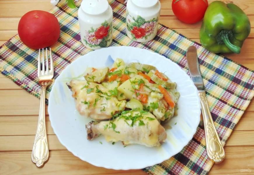 Курица, запеченная в духовке с кабачками и картофелем готова. Подавайте на обед или ужин.