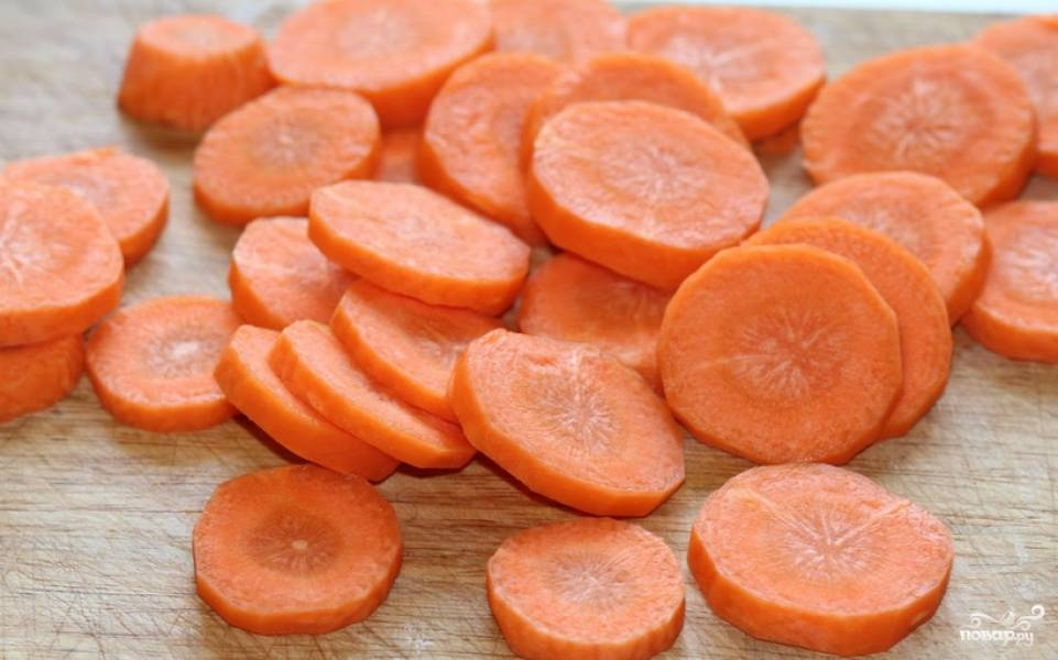Морковь также нарезаем кружочками.
