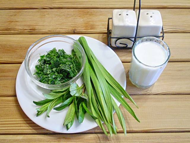 1. Приготовим продукты. Кефир можно заранее немного охладить. Всю зелень тщательно вымыть.
