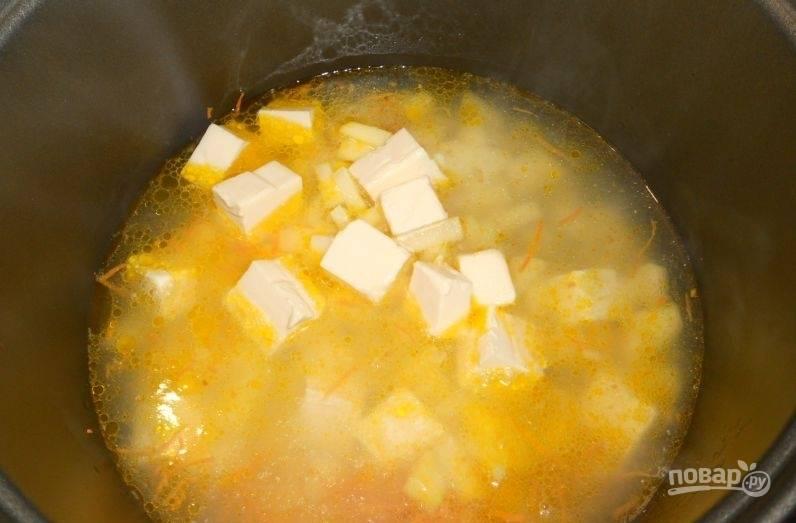 """Затем влейте половину воды. Поставьте режим """"Суп"""" на 1 час. Через 15 минут добавьте оставшуюся воду и соль."""