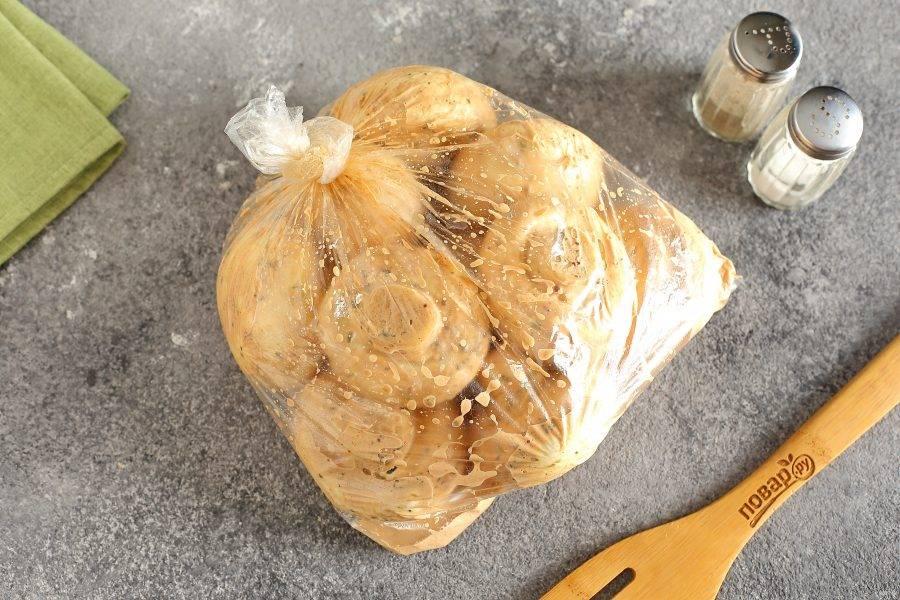 Полейте грибы остатками маринада, и завяжите пакет. Оставьте мариноваться шампиньоны на 30-40 минут. Периодически пакет необходимо встряхивать.