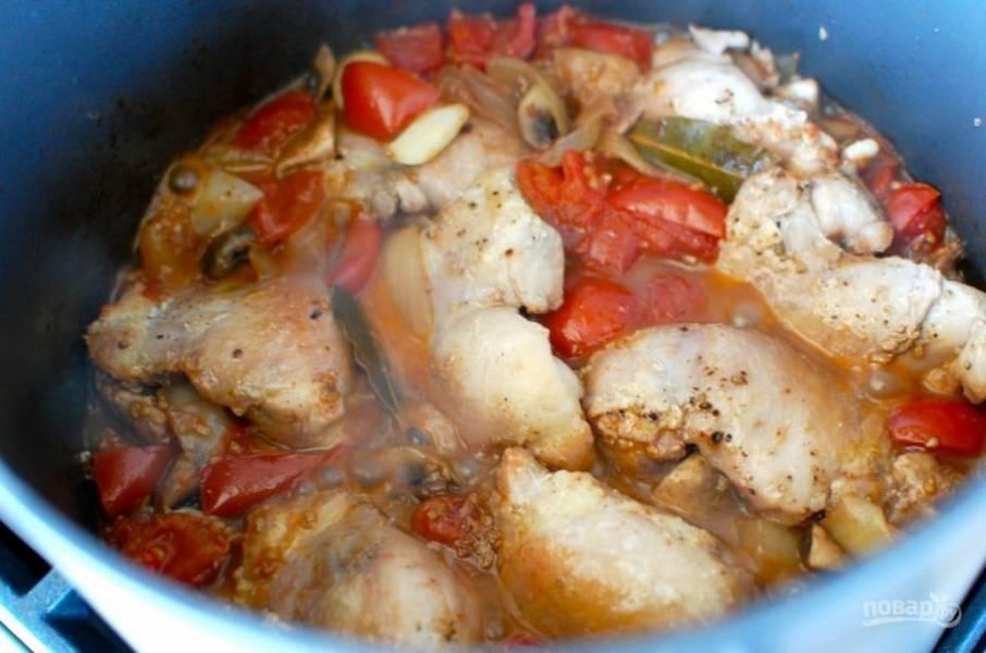 9.Выложите в кастрюлю к овощам куриное мясо и доведите все содержимое до кипения.