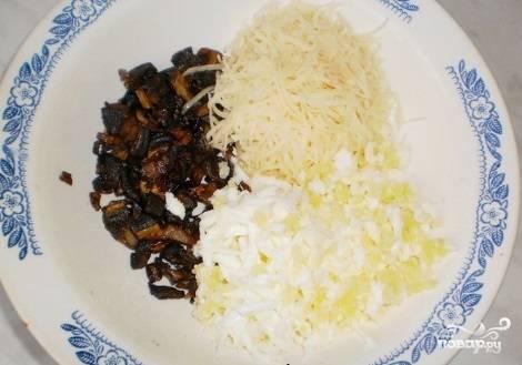 Яйцо отварите вкрутую. Грибы немного поджарьте. Натрите сыр и яйцо на крупной тёрке. К этим ингредиентам добавьте ложку майонеза.
