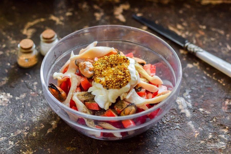 7. Салат посолите и поперчите по вкусу, заправьте йогуртом и горчицей. Перемешайте все и подавайте салат к столу.