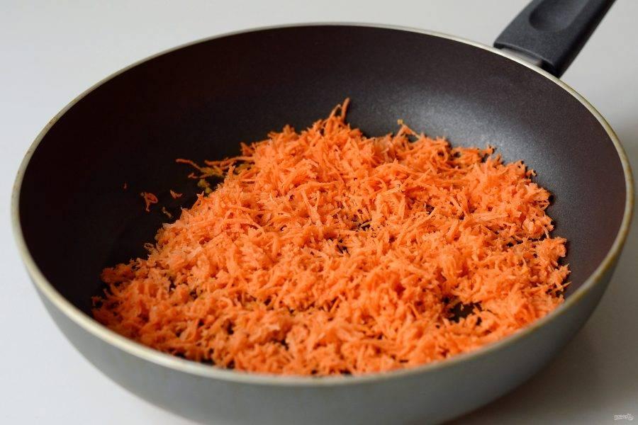Морковь натрите на мелкой терке, затем обжарьте на растительном масле.