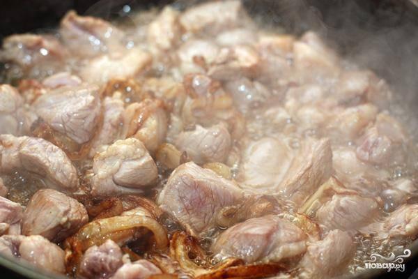 Когда лук зазолотится, добавляем к нему мясо и на большом огне продолжаем обжаривать еще где-то 7-8 минут.