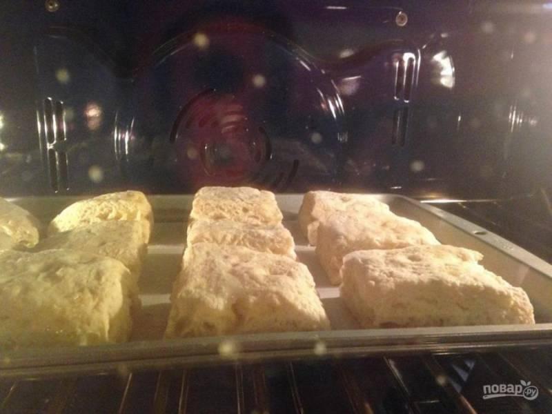 Отправьте в разогретую до 220 градусов духовку на 12-15 минут. Слойки должны стать красивого золотистого цвета.