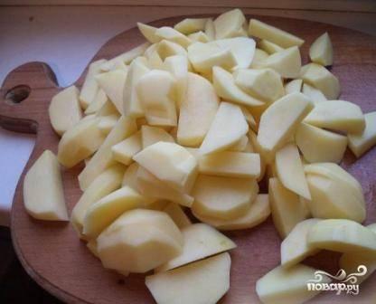 Почистим картошку, помоем и нарежем небольшими дольками или кубиками.