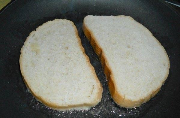 Разогреваем масло на сковороде. Жарим бутерброды, разместив их картофельной массой вниз, затем переворачиваем. Жарим до румяной корочки.