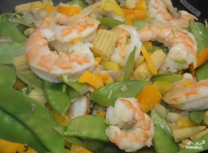3.Отправляем к овощам подготовленные креветки и готовим еще 2 минуты.