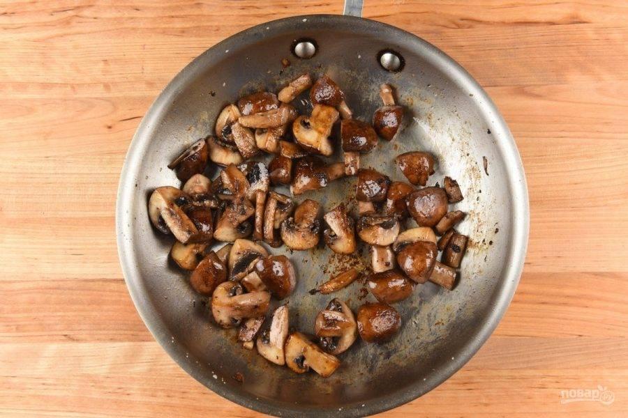 4. На сковороде разогрейте масло. Обжарьте в нём грибы с солью, помешивая, в течение 7-8 минут.