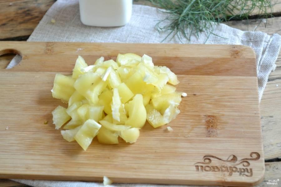 Сладкий перец порежьте так же, как кабачки.