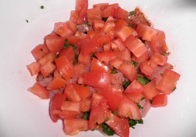 Удалите из помидоров семечки и жидкость, порежьте кубиками и отправьте к мясу.