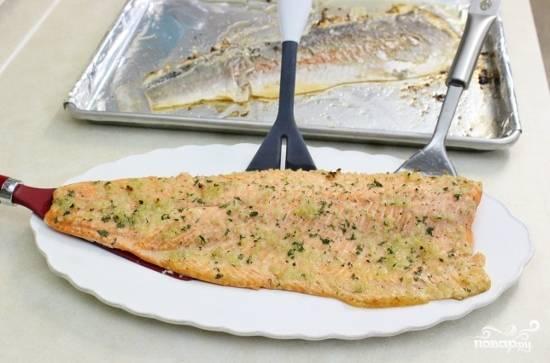 Чтобы выложить рыбу на блюдо, используйте две широкие лопатки.