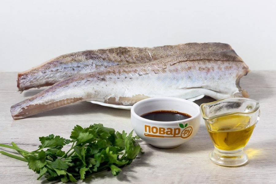 Подготовьте все необходимые ингредиенты. Рыбу помойте, почистите, срежьте плавники.