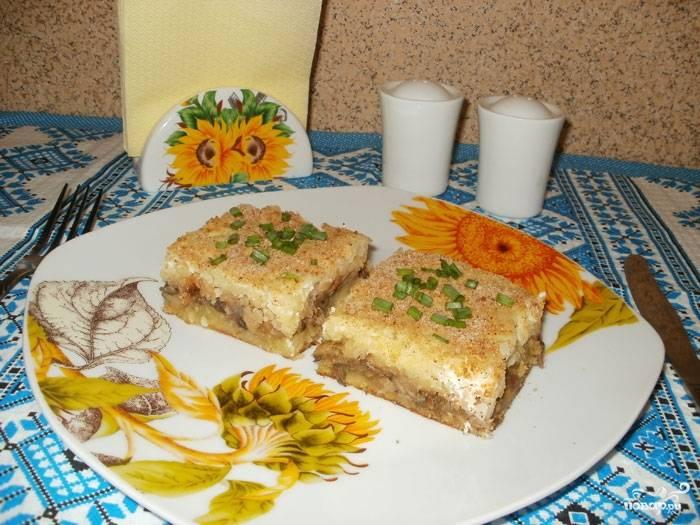 Готовую картофельную запеканку с капустой в духовке подавайте с зеленью и сметаной. Приятного аппетита!