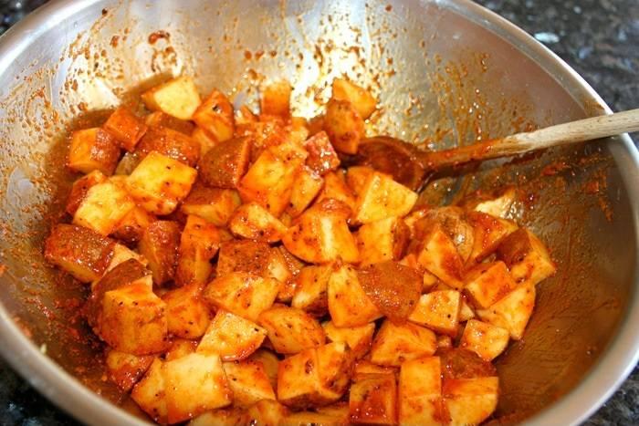 3. Картофель отправить в мисочку с маринадом и как следует перемешать.