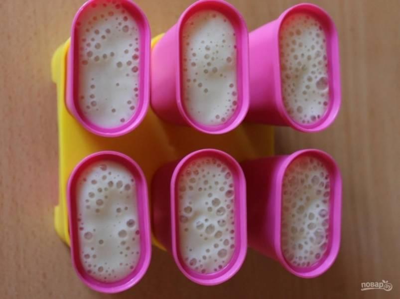 6.У меня специальные формочки для домашнего мороженного, которые можно заменить обычными чашками или стаканами. Заливаю смесь по формам, вставляю палочки.