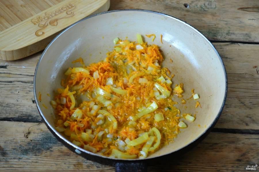 Морковь натрите на терке, перец порежьте соломкой, а лук порубите кубиком. Обжарьте овощи в растительном масле до мягкости всех ингредиентов.