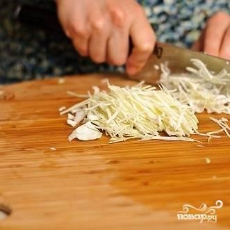 3. Мелко нашинкуйте капусту тонким ножом или на специальной терке для капусты.
