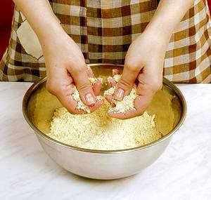 В удобное глубокое блюдо просеиваем муку, разрыхлитель, соль, сахар, положить туда масло и растереть руками до крошек.